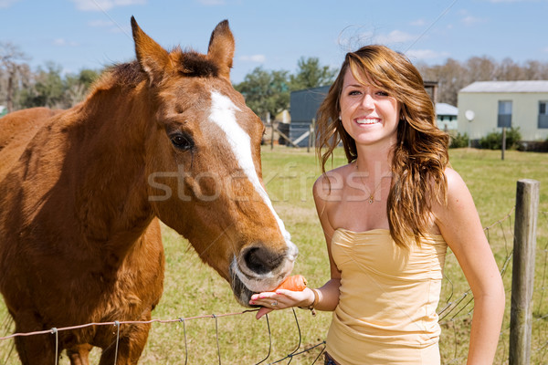 Adolescente cheval belle ferme alimentaire sourire Photo stock © lisafx