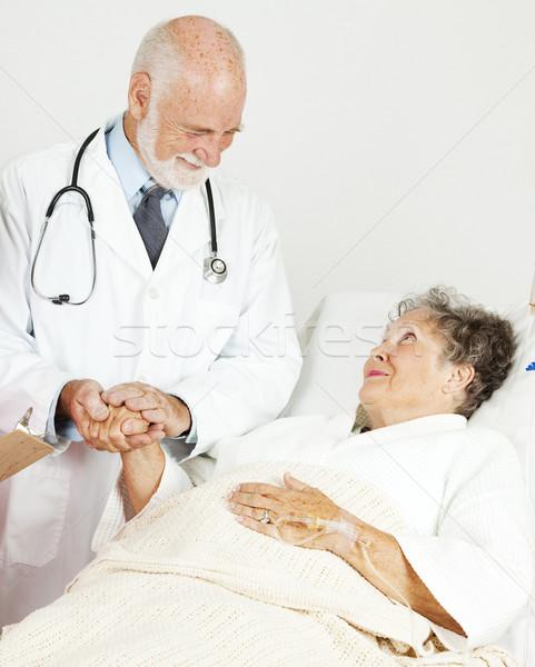 Orvos megnyugtató idős beteg barátságos kórház Stock fotó © lisafx