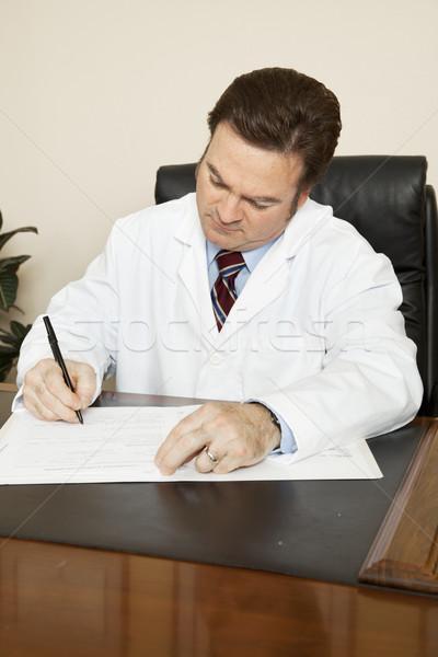 Medico grafico desk iscritto lettura lavoro Foto d'archivio © lisafx