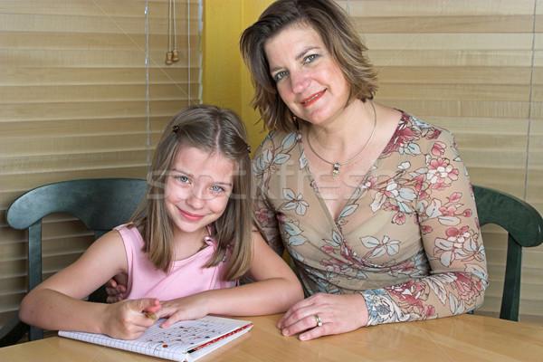 Foto stock: Lição · de · casa · juntos · mãe · ajuda · filha · família