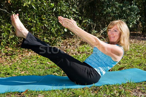 Mujer madura núcleo fuerza encajar sesenta año Foto stock © lisafx