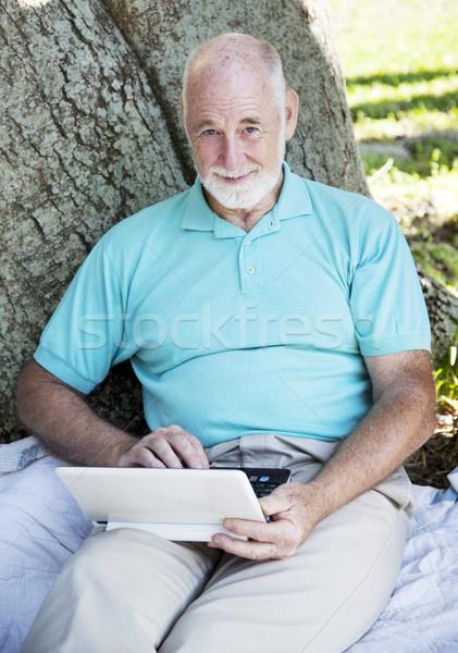 Kıdemli adam netbook'lar bilgisayar açık havada ağaç Stok fotoğraf © lisafx
