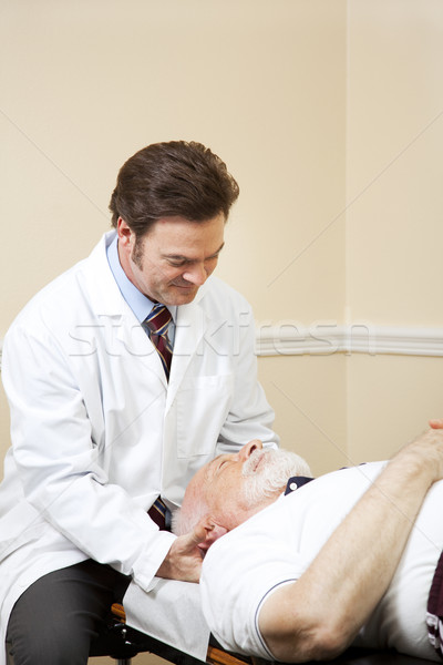 Kręgarz szyi starszy mężczyzna pacjenta starszych Zdjęcia stock © lisafx