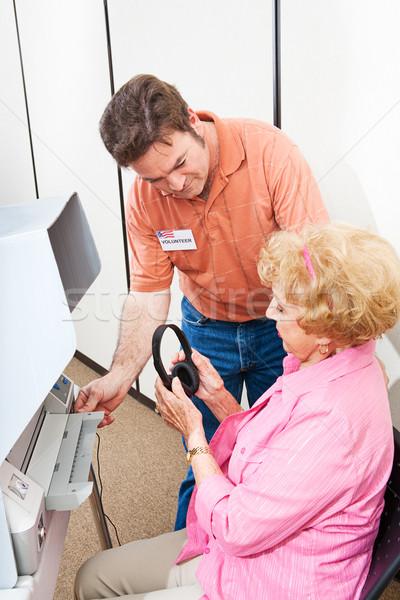 Elecciones voluntario altos mujer votación pantalla táctil Foto stock © lisafx