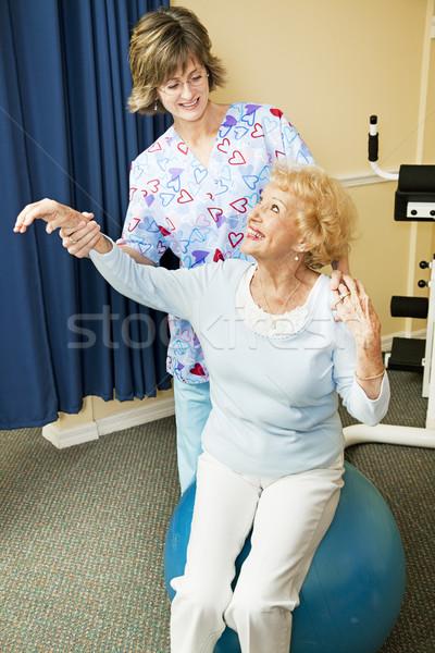 Foto d'archivio: Terapeuta · senior · donna · allenamento · pilates · palla