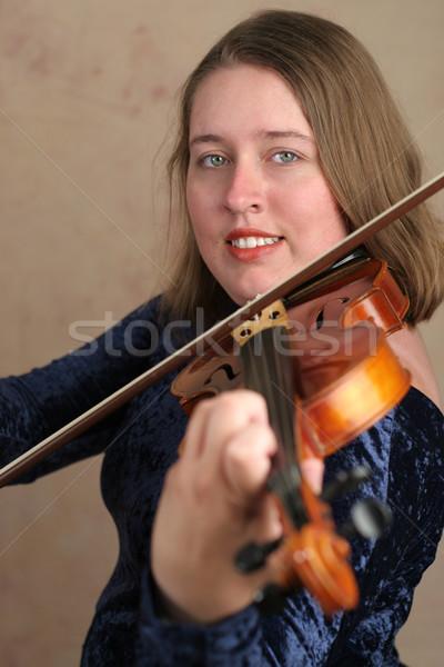 Bastante violinista mulher jovem jogar clássico violino Foto stock © lisafx