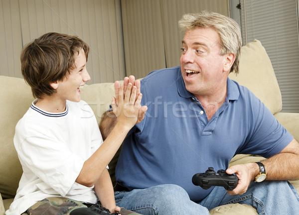 Vidéo high five oncle jouer jeux vidéo père en fils Photo stock © lisafx
