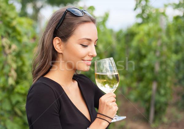 Cata de vinos turísticos mujer aire libre retrato hermosa Foto stock © lithian