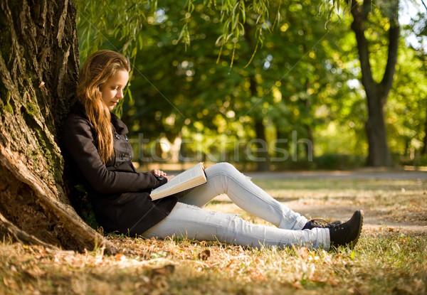 élvezi jó könyv portré gyönyörű fiatal Stock fotó © lithian