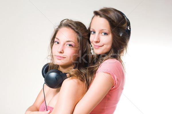 Casal morena adolescentes ouvir música fones de ouvido Foto stock © lithian