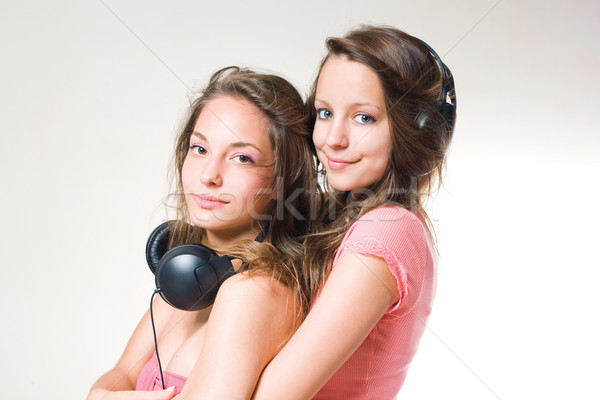 Pareja morena adolescentes escuchar música auriculares Foto stock © lithian