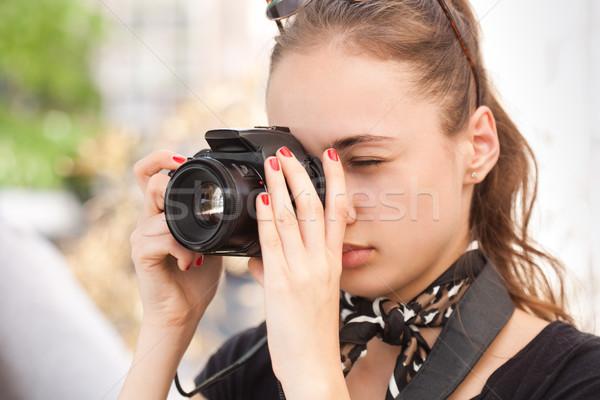 Modieus jonge fotograaf toeristische vrouw Stockfoto © lithian