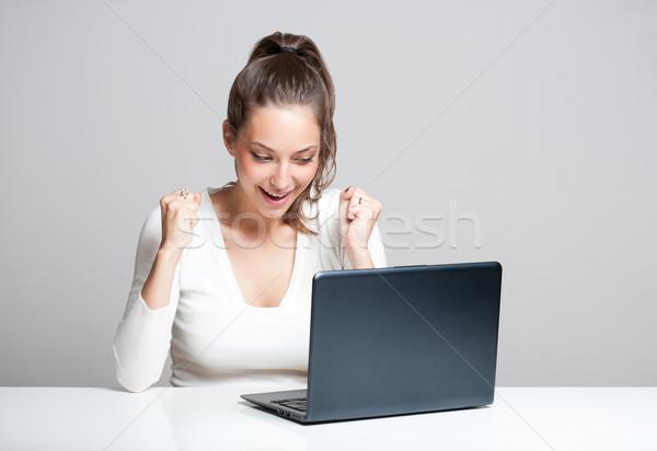 Számítógép jókedv vonzó fiatal barna hajú nő Stock fotó © lithian