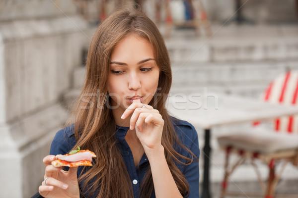 Genç turist kadın yeme otantik pizza Stok fotoğraf © lithian