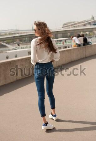 Fiatal divatos barna hajú nő szórakozás város Stock fotó © lithian