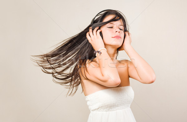 Jovem morena música fones de ouvido Foto stock © lithian
