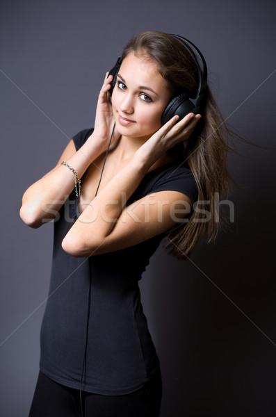 Prachtig jonge brunette luisteren naar muziek portret hoofdtelefoon Stockfoto © lithian