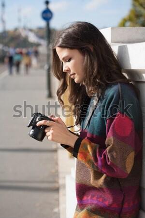 Fotoğrafçılık eğlence genç esmer kadın Stok fotoğraf © lithian