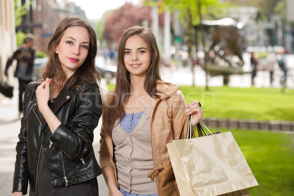 Vásárlás kettő gyönyörű boldog fiatal nők város Stock fotó © lithian