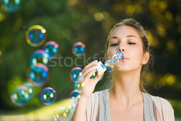Könnyű buborékfújás fúj gyönyörű fiatal barna hajú Stock fotó © lithian