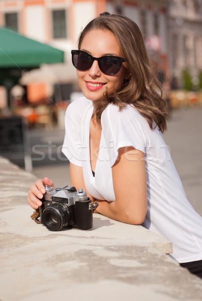 Brunette femme analogique caméra jeunes Photo stock © lithian