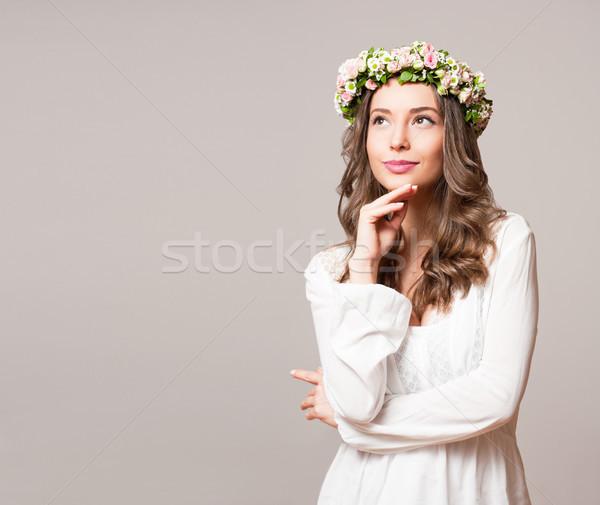 Herrlich Brünette Frau tragen Frühlingsblume Kranz Stock foto © lithian