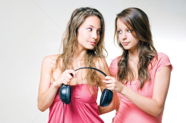 Musica condivisione due bella giovani bruna Foto d'archivio © lithian