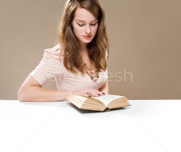 Czytania poemat piękna młodych brunetka kobieta Zdjęcia stock © lithian