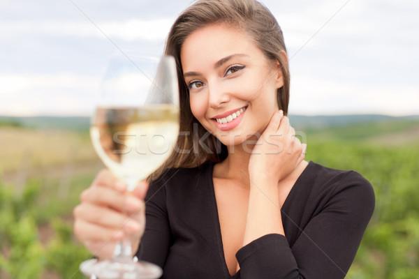 Foto stock: Degustação · de · vinhos · turista · mulher · ao · ar · livre · retrato · belo