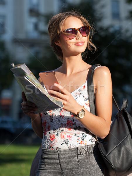 美しい 小さな 観光 女性 スマートフォン ナビゲーション ストックフォト © lithian