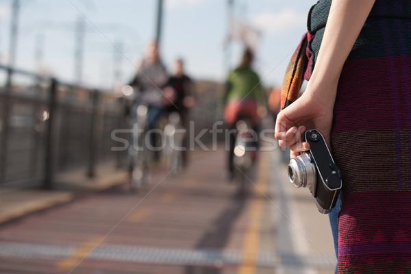 Zdobyć moment młodych fotograf miasta ulic Zdjęcia stock © lithian