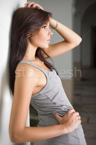 Brunette posant caméra ion gris haut Photo stock © lithian
