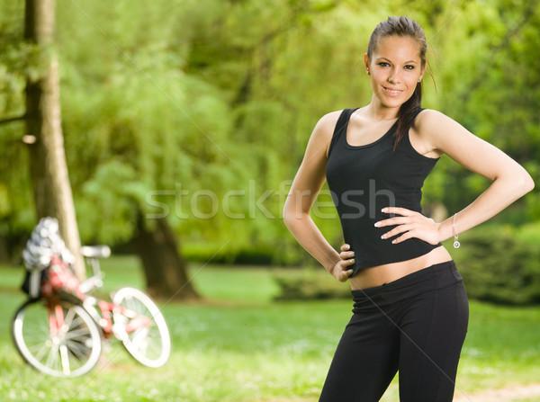Prachtig jonge fitness brunette poseren buitenshuis Stockfoto © lithian