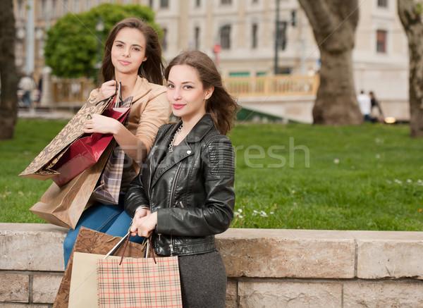 Compras dos hermosa feliz las mujeres jóvenes ciudad Foto stock © lithian