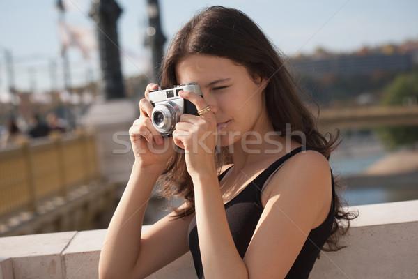 Zsákmányolás pillanat fiatal fotós város utcák Stock fotó © lithian