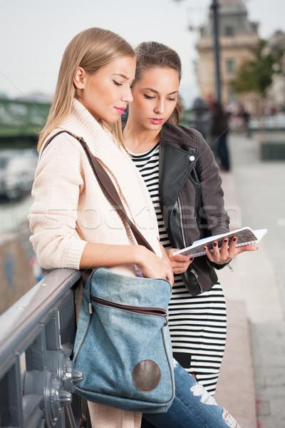 Diák lányok kint portré kettő divatos Stock fotó © lithian