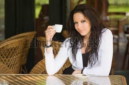 Kávéház lány káprázatos fiatal barna hajú akasztás Stock fotó © lithian
