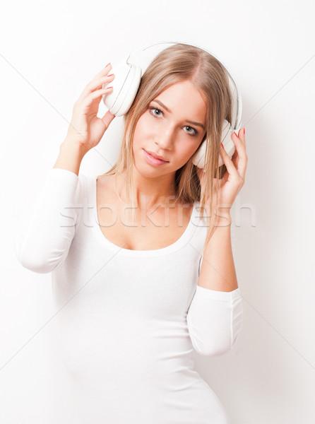 Muziek portret blond schoonheid luisteren naar muziek witte Stockfoto © lithian