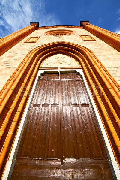 Vilă vechi biserică inchis cărămidă turn Imagine de stoc © lkpro