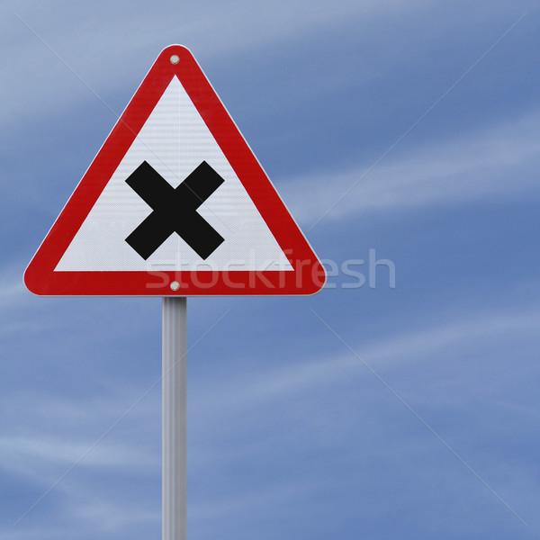 Kereszteződés előre jelzőtábla égbolt kereszt háromszög Stock fotó © lorenzodelacosta