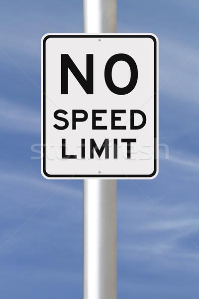 Não limite de velocidade assinar céu acelerar placa sinalizadora Foto stock © lorenzodelacosta