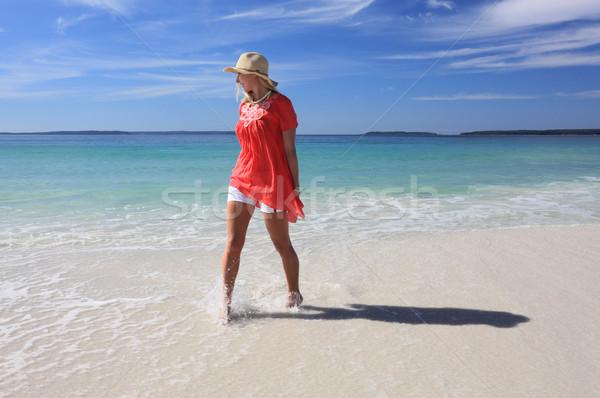 Feliz mulher pé praia sorrindo Foto stock © lovleah