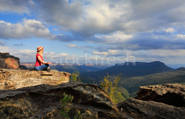 Femme paisible yoga montagne emplacement Photo stock © lovleah