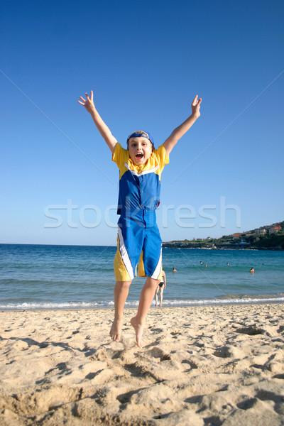 Jongen springen energiek lucht leven strand Stockfoto © lovleah