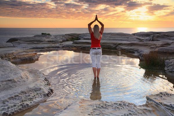 Nő jóga meditáció óceán napfelkelte áll Stock fotó © lovleah