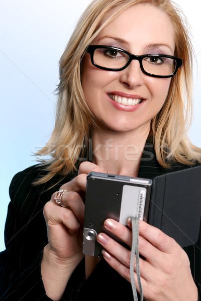 Zakenvrouw pda organisator glimlachend zakenvrouw draagbaar Stockfoto © lovleah