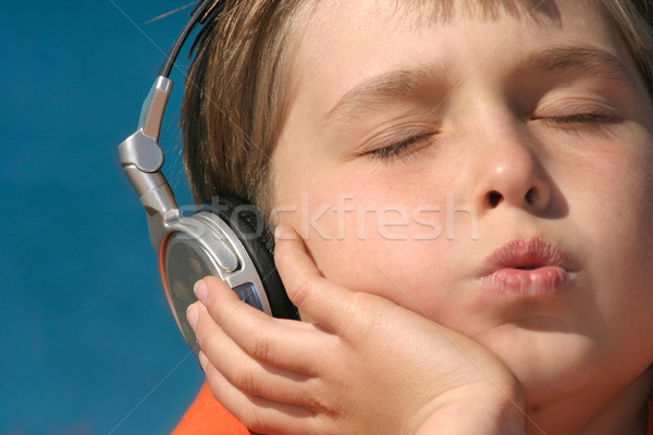 Silbar melodía escuchar música primer plano jóvenes Foto stock © lovleah