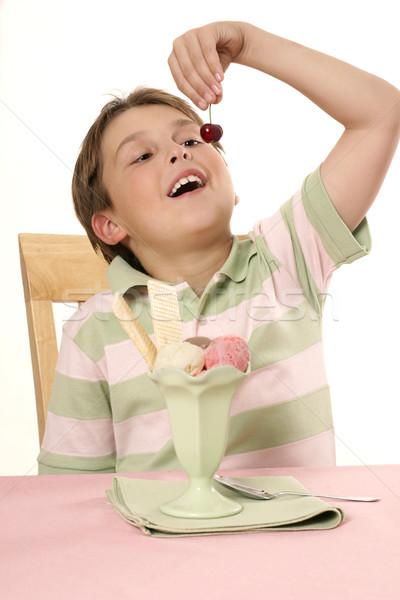 Kind eten kers ijs ijscoupe mooie Stockfoto © lovleah