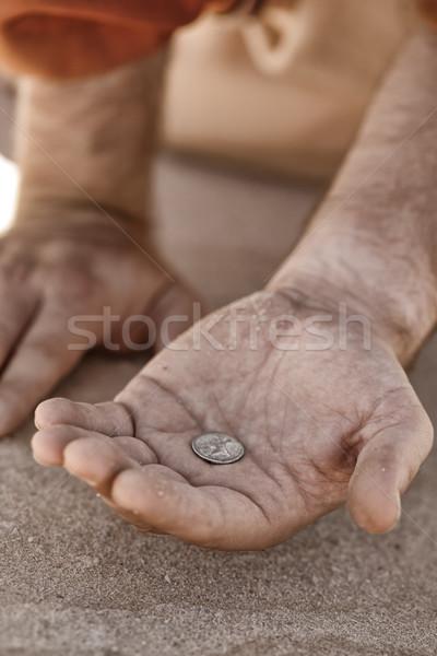 Bedelaar hand munt schenking liefdadigheid Stockfoto © lovleah
