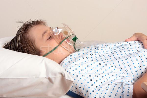 Indiszponált gyermek oxigénmaszk pihen ágy visel Stock fotó © lovleah